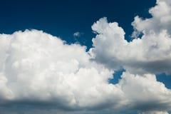 Χνουδωτά σύννεφα, ταπετσαρία αέρα ατμόσφαιρας Κλίμα στοκ φωτογραφία με δικαίωμα ελεύθερης χρήσης
