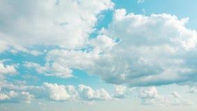 Χνουδωτά σύννεφα χρονικού σφάλματος που επιπλέουν στο μπλε ουρανό Σύννεφο που τρέχει πέρα από τον ουρανό Όμορφος καιρός στο νεφελ απόθεμα βίντεο