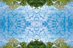 Χνουδωτά σύννεφα και πολύβλαστοι πράσινοι δέντρα και μπλε ουρανός φυλλώματος στη σύσταση υποβάθρου φύσης πλαισίων Στοκ Εικόνες