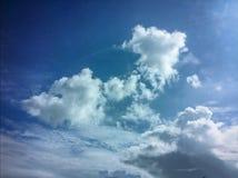Χνουδωτά σύννεφα με τους ουρανούς Στοκ Εικόνα
