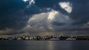 Χνουδωτά σύννεφα πέρα από το τερματικό πόλεων και πορθμείων απόθεμα βίντεο