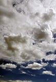 Χνουδωτός νεφελώδης βαθύς μπλε ουρανός Scape  Στοκ φωτογραφίες με δικαίωμα ελεύθερης χρήσης