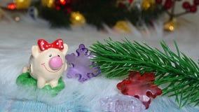 Χοίρος παιχνιδιών και χειμερινό ντεκόρ, συγχαρητήρια στις διακοπές Σύμβολο του έτους του χοίρου στο υπόβαθρο των Χριστουγέννων στοκ φωτογραφία με δικαίωμα ελεύθερης χρήσης