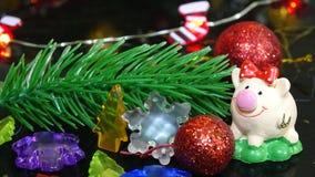 Χοίρος παιχνιδιών και χειμερινό ντεκόρ, συγχαρητήρια στις διακοπές Σύμβολο του έτους του χοίρου στο υπόβαθρο των Χριστουγέννων στοκ φωτογραφία