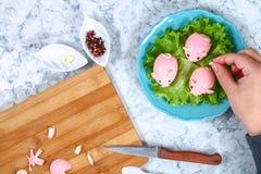 Χοίρος Diy από τα αυγά Εργαστήριο πώς να κάνει έναν χοίρο από ένα βρασμένο αυγό που χρωματίζεται στα τεύτλα ζωμού που γεμίζονται  στοκ εικόνες