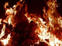 Χοβόλεις που καίνε στην κινηματογράφηση σε πρώτο πλάνο πυρκαγιάς τη νύχτα Στοκ Φωτογραφίες