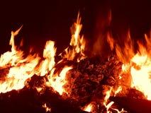 Χοβόλεις που καίνε στην κινηματογράφηση σε πρώτο πλάνο πυρκαγιάς τη νύχτα Στοκ Εικόνες