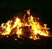 Χοβόλεις που καίνε στην κινηματογράφηση σε πρώτο πλάνο πυρκαγιάς τη νύχτα Στοκ εικόνα με δικαίωμα ελεύθερης χρήσης