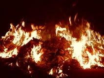 Χοβόλεις που καίνε στην κινηματογράφηση σε πρώτο πλάνο πυρκαγιάς τη νύχτα Στοκ φωτογραφία με δικαίωμα ελεύθερης χρήσης