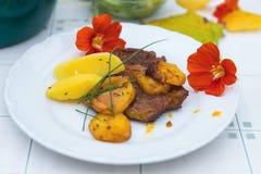 Χοιρινό κρέας, πατάτα και λουλούδι Griled στοκ εικόνα με δικαίωμα ελεύθερης χρήσης
