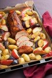 Χοιρινό κρέας που ψήνεται με τα λαχανικά σε έναν δίσκο στοκ εικόνες με δικαίωμα ελεύθερης χρήσης