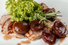 Χοιρινό κρέας που ψήνεται με τα δαμάσκηνα Στοκ Φωτογραφία