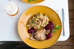 Χοιρινό κρέας που ψήνεται στη σχάρα με ένα δευτερεύον πιάτο quinoa στοκ φωτογραφία με δικαίωμα ελεύθερης χρήσης