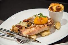 Χοιρινό κρέας σχαρών Griled με τα τηγανισμένα λαχανικά στοκ φωτογραφίες με δικαίωμα ελεύθερης χρήσης