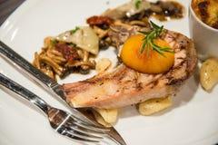 Χοιρινό κρέας σχαρών Griled με τα τηγανισμένα λαχανικά στοκ εικόνα με δικαίωμα ελεύθερης χρήσης