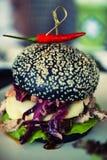 Χοιρινό κρέας χάμπουργκερ που γίνεται από το γιοτ αερακιού ψωμιού που αναμιγνύει το μπαμπού charc Στοκ Εικόνα