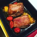 Χοιρινό κρέας ψητού και μίνι ντομάτες Στοκ εικόνα με δικαίωμα ελεύθερης χρήσης