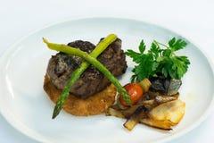 Χοιρινό κρέας ψητού με το σπαράγγι, τις πατάτες και τα κρεμμύδια Στοκ Φωτογραφία