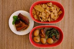 Χοιρινό κρέας Tong ήχων καμπάνας και αυγό και porrk άνω και κάτω τελεία εντέρων που βράζονται με Miso Στοκ Φωτογραφία