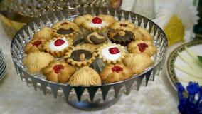 χοληστερόλη και λίπος έννοιας Κύπελλο με τα μπισκότα ποικιλίας με τη σοκολάτα μετακίνηση καμερών μήκους σε πόδηα στον πίνακα επιδ φιλμ μικρού μήκους