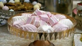χοληστερόλη και λίπος έννοιας ρόδινο και άσπρο marshmallow στο όμορφο φλυτζάνι επιβλαβής κατανάλωση επιτραπέζιων λιχουδιών Furshe απόθεμα βίντεο