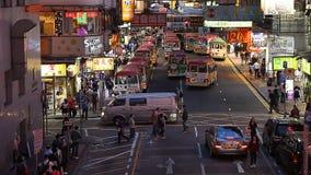 ΧΟΝΓΚ ΚΟΝΓΚ, ΧΟΝΓΚ ΚΟΝΓΚ - 10.2017 ΑΠΡΙΛΙΟΥ: Κυκλοφορία νύχτας στις οδούς των σημαδιών διαφήμισης Χονγκ Κονγκ και νέου Η πόλη ` s απόθεμα βίντεο