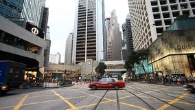 ΧΟΝΓΚ ΚΟΝΓΚ, ΧΟΝΓΚ ΚΟΝΓΚ - 9.2017 ΑΠΡΙΛΙΟΥ: Σκηνή οδών στο Χονγκ Κονγκ Κυκλοφορία των αυτοκινήτων και των πεζών στις οδούς απόθεμα βίντεο