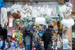 ΧΟΝΓΚ ΚΟΝΓΚ - 14 ΙΑΝΟΥΑΡΊΟΥ 2018: Μικρό κατάστημα που πωλούν πολύ προϊόν Στοκ φωτογραφία με δικαίωμα ελεύθερης χρήσης