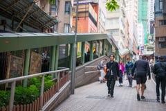 Χονγκ Κονγκ - 13 Ιανουαρίου 2018: Οι άνθρωποι κινούνται επάνω στην κυλιόμενη σκάλα Στοκ εικόνα με δικαίωμα ελεύθερης χρήσης