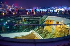 Χονγκ Κονγκ - 10 Ιανουαρίου 2018: Τουρίστες που χαλαρώνουν γύρω από Βικτώρια Στοκ Εικόνες