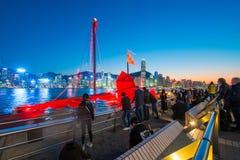 Χονγκ Κονγκ - 10 Ιανουαρίου 2018: Τουρίστες που χαλαρώνουν γύρω από Βικτώρια Στοκ εικόνα με δικαίωμα ελεύθερης χρήσης