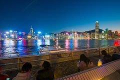 Χονγκ Κονγκ - 10 Ιανουαρίου 2018: Τουρίστες που χαλαρώνουν γύρω από Βικτώρια Στοκ Εικόνα