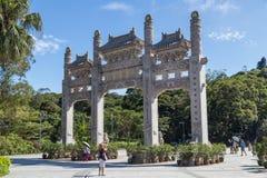 Χονγκ Κονγκ, Κίνα - το Σεπτέμβριο του 2015 circa: Πύλες παραδοσιακού κινέζικου με τρία τμήματα Po Lin στο μοναστήρι Στοκ φωτογραφίες με δικαίωμα ελεύθερης χρήσης