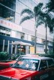 ΧΟΝΓΚ ΚΟΝΓΚ, ΚΙΝΑ - 23 ΑΠΡΙΛΊΟΥ: Άποψη οδών με την κυκλοφορία και το ταξί στις 23 Απριλίου 2012 στο Χονγκ Κονγκ, Κίνα Με τον πληθ στοκ εικόνα
