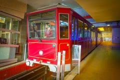 ΧΟΝΓΚ ΚΟΝΓΚ, ΚΙΝΑ - 22 ΙΑΝΟΥΑΡΊΟΥ 2017: Κινήσεις οι μέγιστες τραμ αυτοκινήτων μέσα της στάσης λεωφορείου στο μέγιστο τραμ, είναι  Στοκ Φωτογραφία