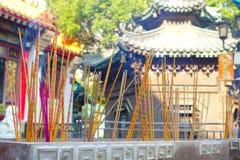 ΧΟΝΓΚ ΚΟΝΓΚ, ΚΙΝΑ - 22 ΙΑΝΟΥΑΡΊΟΥ 2017: Κλείστε επάνω των incenses που καίνε επάνω, μέσα του βουδιστικού ναού αμαρτίας Wong Tai γ Στοκ Εικόνα