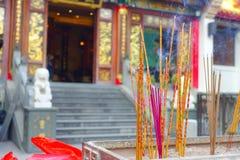 ΧΟΝΓΚ ΚΟΝΓΚ, ΚΙΝΑ - 22 ΙΑΝΟΥΑΡΊΟΥ 2017: Κλείστε επάνω των incenses που καίνε επάνω, μέσα του βουδιστικού ναού αμαρτίας Wong Tai γ Στοκ Φωτογραφίες