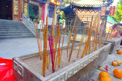 ΧΟΝΓΚ ΚΟΝΓΚ, ΚΙΝΑ - 22 ΙΑΝΟΥΑΡΊΟΥ 2017: Κλείστε επάνω των incenses που καίνε επάνω, μέσα του βουδιστικού ναού αμαρτίας Wong Tai γ Στοκ Εικόνες