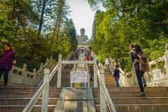 ΧΟΝΓΚ ΚΟΝΓΚ, ΚΙΝΑ - 26 ΙΑΝΟΥΑΡΊΟΥ 2017: Μη αναγνωρισμένοι άνθρωποι που περπατούν επάνω για να δει το μοναστήρι κασσίτερου Tian κα Στοκ Φωτογραφία