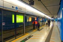 ΧΟΝΓΚ ΚΟΝΓΚ, ΚΙΝΑ - 26 ΙΑΝΟΥΑΡΊΟΥ 2017: Μη αναγνωρισμένοι άνθρωποι στο σταθμό υπόγειων τρένων στο Χονγκ Κονγκ MTR είναι το δημοφι Στοκ φωτογραφία με δικαίωμα ελεύθερης χρήσης