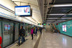 ΧΟΝΓΚ ΚΟΝΓΚ, ΚΙΝΑ - 26 ΙΑΝΟΥΑΡΊΟΥ 2017: Μη αναγνωρισμένοι άνθρωποι στο σταθμό υπόγειων τρένων στο Χονγκ Κονγκ MTR είναι πιό πολύ Στοκ εικόνα με δικαίωμα ελεύθερης χρήσης