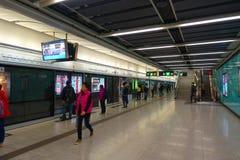 ΧΟΝΓΚ ΚΟΝΓΚ, ΚΙΝΑ - 26 ΙΑΝΟΥΑΡΊΟΥ 2017: Μη αναγνωρισμένοι άνθρωποι στο σταθμό υπόγειων τρένων στο Χονγκ Κονγκ MTR είναι πιό πολύ Στοκ φωτογραφία με δικαίωμα ελεύθερης χρήσης