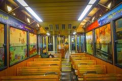 ΧΟΝΓΚ ΚΟΝΓΚ, ΚΙΝΑ - 22 ΙΑΝΟΥΑΡΊΟΥ 2017: Οι μη αναγνωρισμένοι άνθρωποι μέσα ενός αυτοκινήτου τραμ, κινήσεις στο μέγιστο τραμ, είνα Στοκ Εικόνες