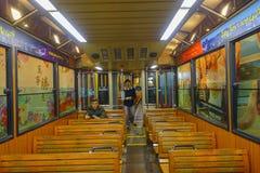 ΧΟΝΓΚ ΚΟΝΓΚ, ΚΙΝΑ - 22 ΙΑΝΟΥΑΡΊΟΥ 2017: Οι μη αναγνωρισμένοι άνθρωποι μέσα ενός αυτοκινήτου τραμ, κινήσεις στο μέγιστο τραμ, είνα Στοκ εικόνα με δικαίωμα ελεύθερης χρήσης
