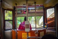 ΧΟΝΓΚ ΚΟΝΓΚ, ΚΙΝΑ - 22 ΙΑΝΟΥΑΡΊΟΥ 2017: Ο οδηγός λεωφορείου μέσα ενός αυτοκινήτου τραμ, κινήσεις στο μέγιστο τραμ, είναι ένας τελ Στοκ Εικόνες