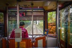 ΧΟΝΓΚ ΚΟΝΓΚ, ΚΙΝΑ - 22 ΙΑΝΟΥΑΡΊΟΥ 2017: Ο οδηγός λεωφορείου μέσα ενός αυτοκινήτου τραμ, κινήσεις στο μέγιστο τραμ, είναι ένας τελ Στοκ φωτογραφίες με δικαίωμα ελεύθερης χρήσης