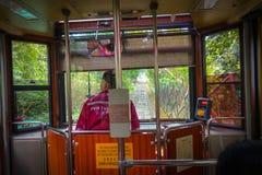 ΧΟΝΓΚ ΚΟΝΓΚ, ΚΙΝΑ - 22 ΙΑΝΟΥΑΡΊΟΥ 2017: Ο οδηγός λεωφορείου μέσα ενός αυτοκινήτου τραμ, κινήσεις στο μέγιστο τραμ, είναι ένας τελ Στοκ Εικόνα