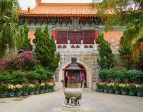 Χονγκ Κονγκ - 20 Νοεμβρίου 2015: Po Lin εισόδων μοναστήρι Στοκ Εικόνες