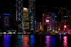 Χονγκ Κονγκ τη νύχτα Η κεντρική αποβάθρα, ferris κυλά, ζωηρόχρωμη διαφήμιση, κινεζικά ιδεογράμματα, όμορφες αντανακλάσεις στοκ φωτογραφία