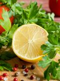 Χονδροειδές άλας πιπεριών μαϊντανού λεμονιών ντοματών φρέσκων λαχανικών σε έναν τέμνοντα πίνακα Στοκ εικόνες με δικαίωμα ελεύθερης χρήσης